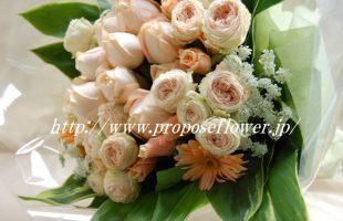 アプリコットカラーの甘いバラの花束