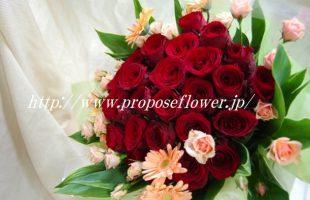 赤いバラとサーモンオレンジの花束